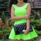 Neonowa rozkloszowana sukienka z gołymi plecami
