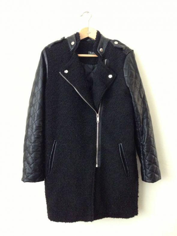 Czarny płaszcz skórkowe rękawy pikowany zara