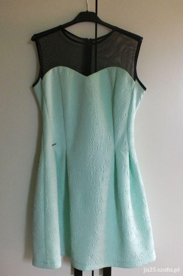 Rozkloszowana miętowa sukienka z siatką