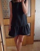 Czarna sukienka z falbanką Siwiec