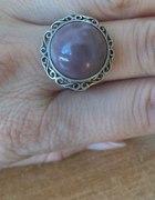 okazały pierścionek z fioletowym kamieniem