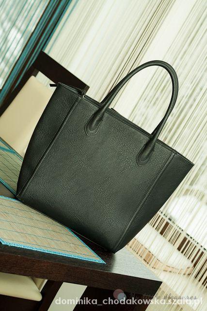 Czarna torebka mocna mieści A4