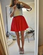 Czerwona kloszowana spodniczka...