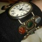 bransoletka z kamieniami i zegarkiem