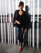 Codzienna stylizacja jeansy i skórzna kurtka