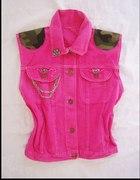 bezrękawnik różowy jeans i moro