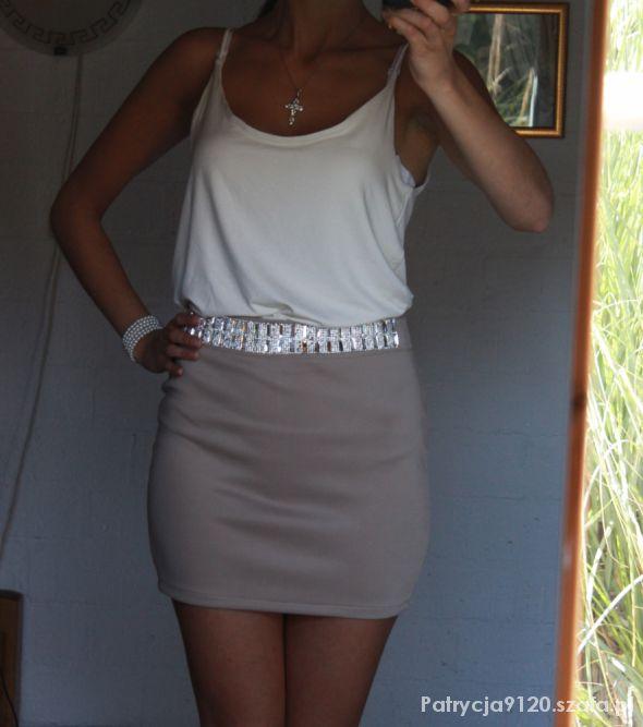 Eleganckie kremowa bluzka i beżowa spódnica