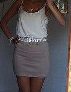 kremowa bluzka i beżowa spódnica