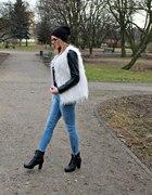 Futrzana kamizelka i niebieskie jeansy