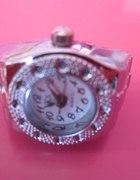 srebny zegarek w pierścionku