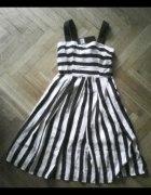 Sukienka w czarno białe paski rozkloszowana