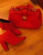 czerwone botki na słupku