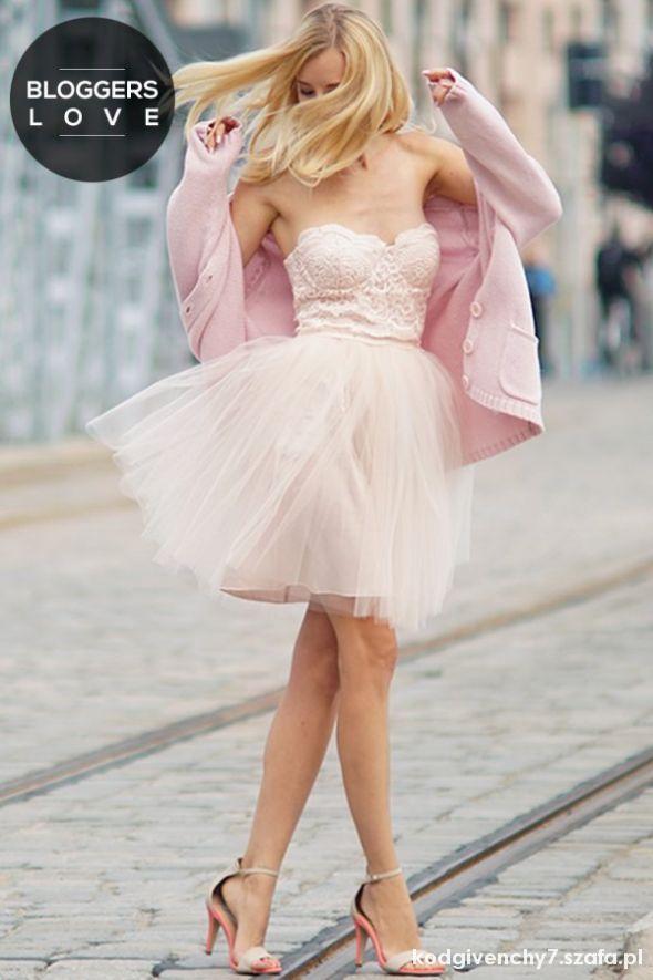 Kremowa rozkloszowana sukienka