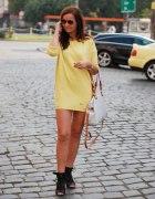 piękna żółta sukienka z fajną torebką...
