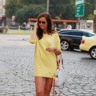 piękna żółta sukienka z fajną torebką