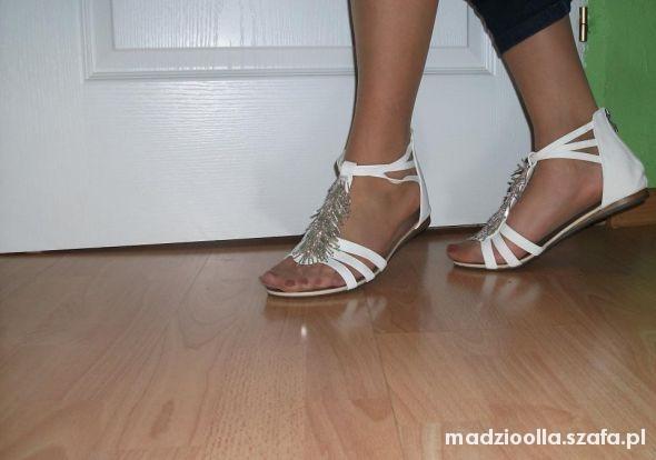 Obuwie sandały białe