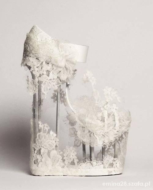 Białe koronkowe koturny haute cuture