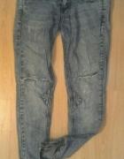 spodnie jeansy przecierane dziury na kolanach