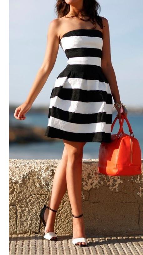 Czarno Biała Sukienka W Paski
