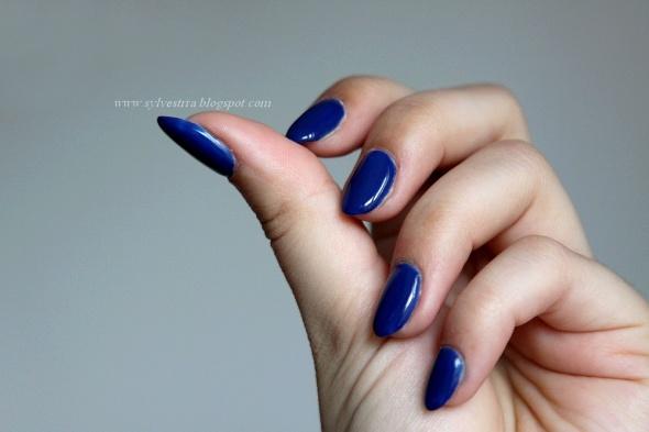 Kobalt na paznokciach zwykły lakier w lampie UV...