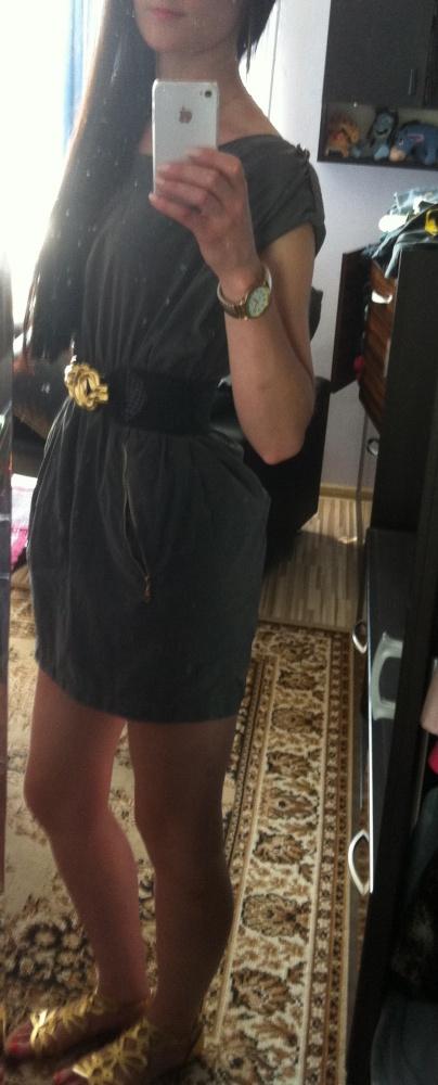 Codzienne sukienka khaki i złote dodatki