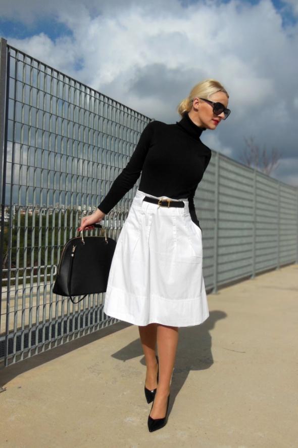 biała spódnica za kolano