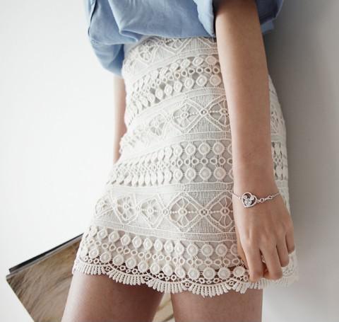 Biała koronkowa spódnica