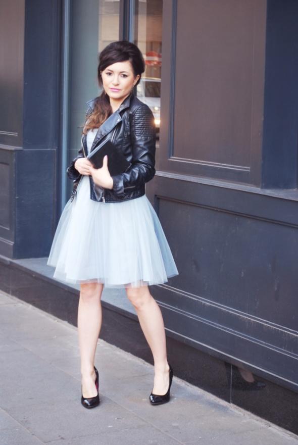 Wieczorowe tiulowa sukienka w kolorze niebieskim