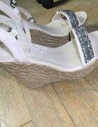 Beżowe sandały koturny 35