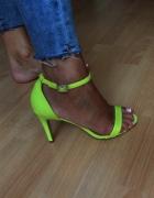 neonowe sandałki