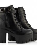 Czarne platformy w stylu grunge