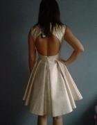 sukienka z wycietymi plecami i dluzszym tylem