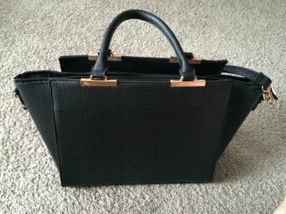Elegancka czarna torebka mieści A4