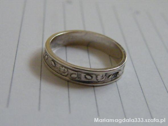 Stary pierścionek ze wzorem