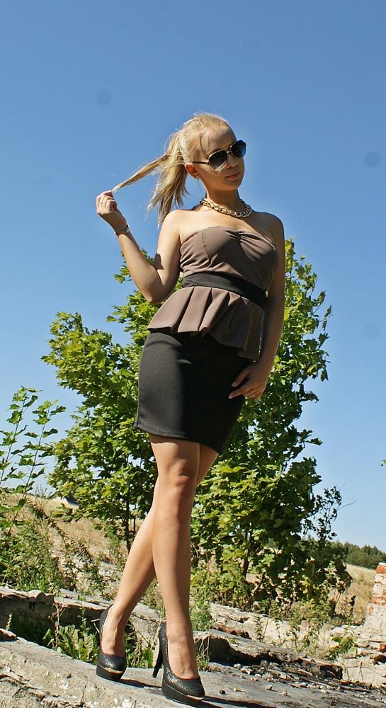 Blogerek Czarna sukienka z nutką brązu