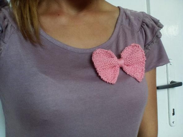 Różowa broszka