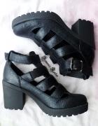 Czarne sandały na platformie Sinsay...