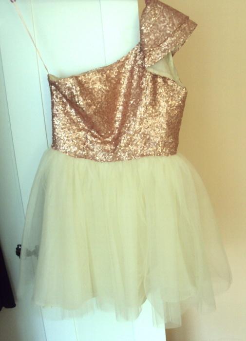 Piękna sukienki książniczka firmy asos...