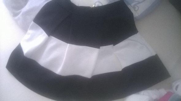 Spódnice czarno biała rozkloszowana