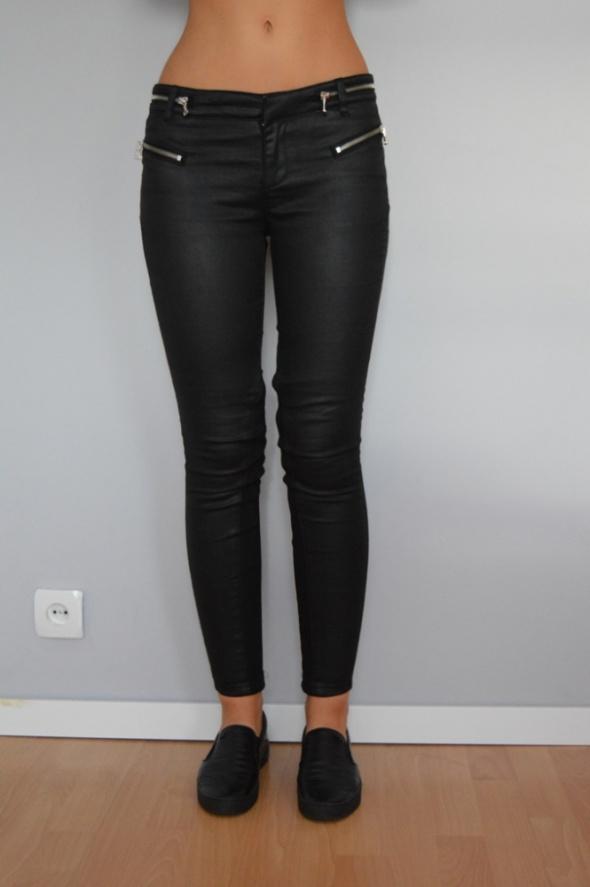 Czarne woskowane spodnie z zamkami
