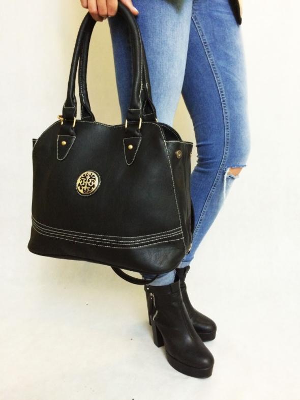 czarna torebka kuferek a4