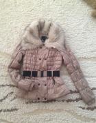 Pikowana kurtka z futrzanym kołnierzem