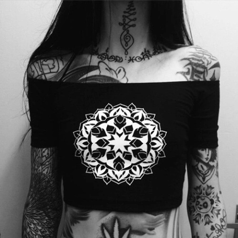 Czarna bluzka z białym nadrukiem...