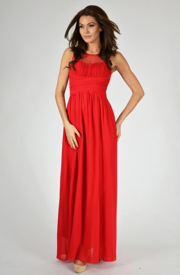 Długa czerwona sukienka na bal