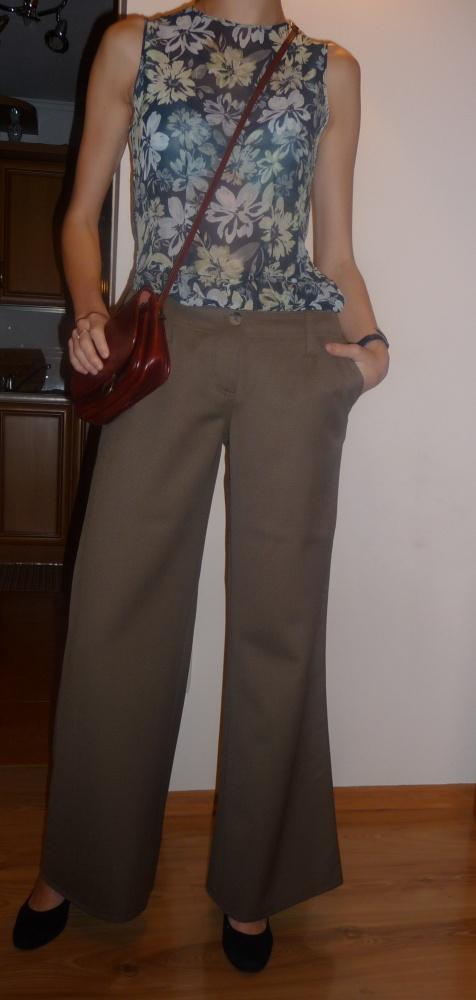 Do pracy wełniane spodnie i delikatna bluzka razem