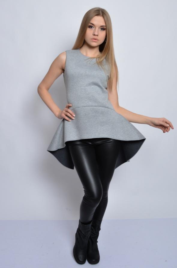 Awangardowa bluzka z dużą baskinką szara