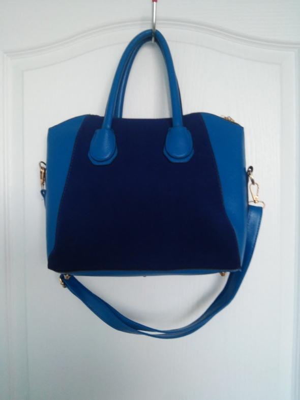 niebieska torebka z zamszem
