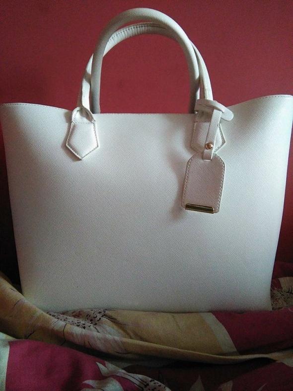 eea8689acf095 Torebka Torba Bershka biała wzór saffiano duża w Torebki na co dzień ...