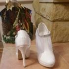 Białe śliczne botki