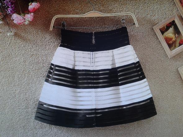 Spódnice spódnica mini biało czarna pasy Siwiec nowa